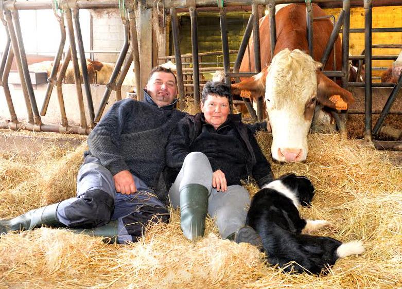 Christian Bessière et laurence nayral assis dans la paille à la ferme du gazenas en aveyron