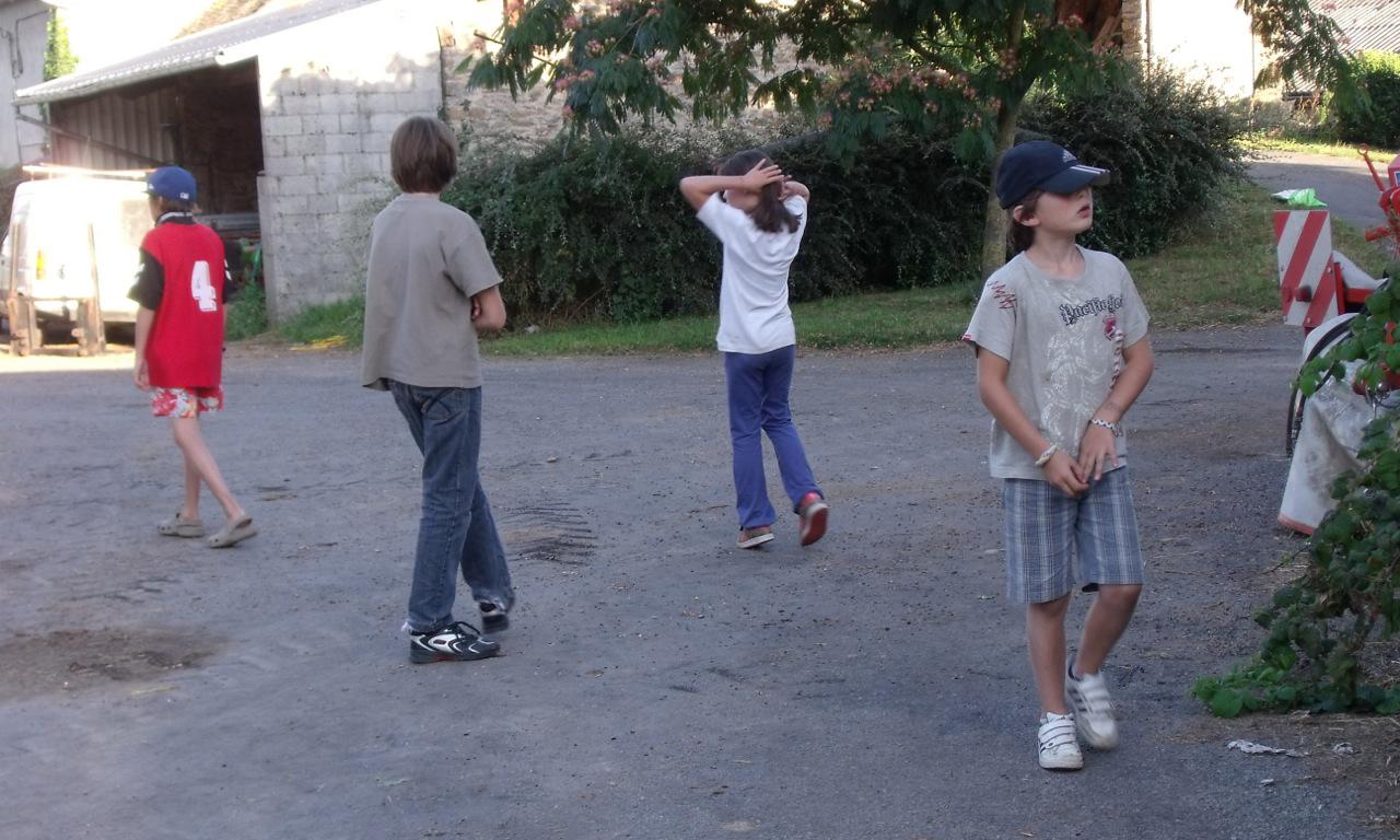 Des enfants jouent dans la cours de la ferme du gazenas de flavin en aveyron